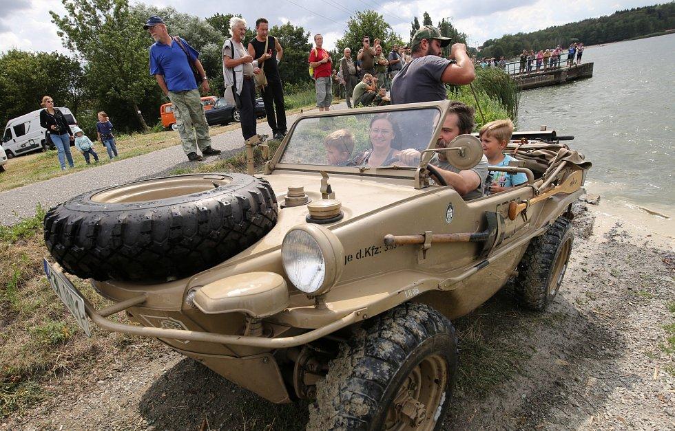 Obojživelná vozidla brázdila jezero Chmelař u Úštěku