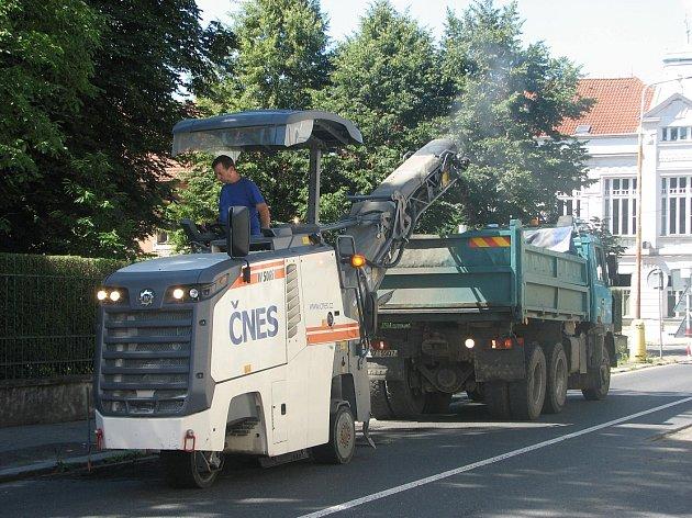 TEREZÍN. V těchto dnech například brzdí provoz frézování a následná pokládka obalované hmoty na průjezdu Terezínem.