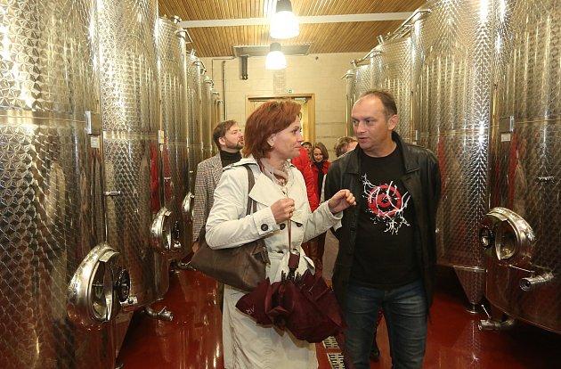VÍNO. Při páteční exkurzi přes dvacet účastníků konference Venkov 2016navštívilo Zámecké vinařství Třebívlice, kde se seznámili stradicí pěstování vinné révy vtomto regionu a měli možnost negustovat ze dvou vín.
