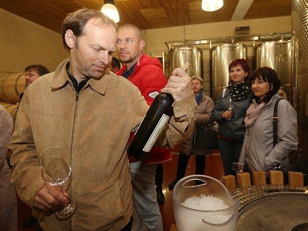 VÍNO. Při páteční exkurzi přes dvacet účastníků konference Venkov 2016 navštívilo Zámecké vinařství Třebívlice, kde se seznámili s tradicí pěstování vinné révy v tomto regionu a měli možnost negustovat ze dvou vín.