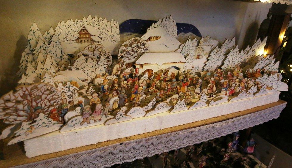 Miloslav Kyzlík z Roudnice nad Labem-Podlusk je sběratelem betlémů. V přístavku rodinného domu jich opatruje několik stovek od miniaturních s několika figurkami až po velké betlémy i se stovkou figurek.