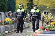 Strážníci obcházejí litoměřický hřbitov.