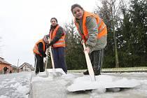 VEŘEJNÉ SLUŽBY ve Štětí fungují již třetím rokem. Pod novou organizací se znovu rozběhly ve středu. Zaměstnanci mají týdně odpracovat maximálně dvacet hodin.
