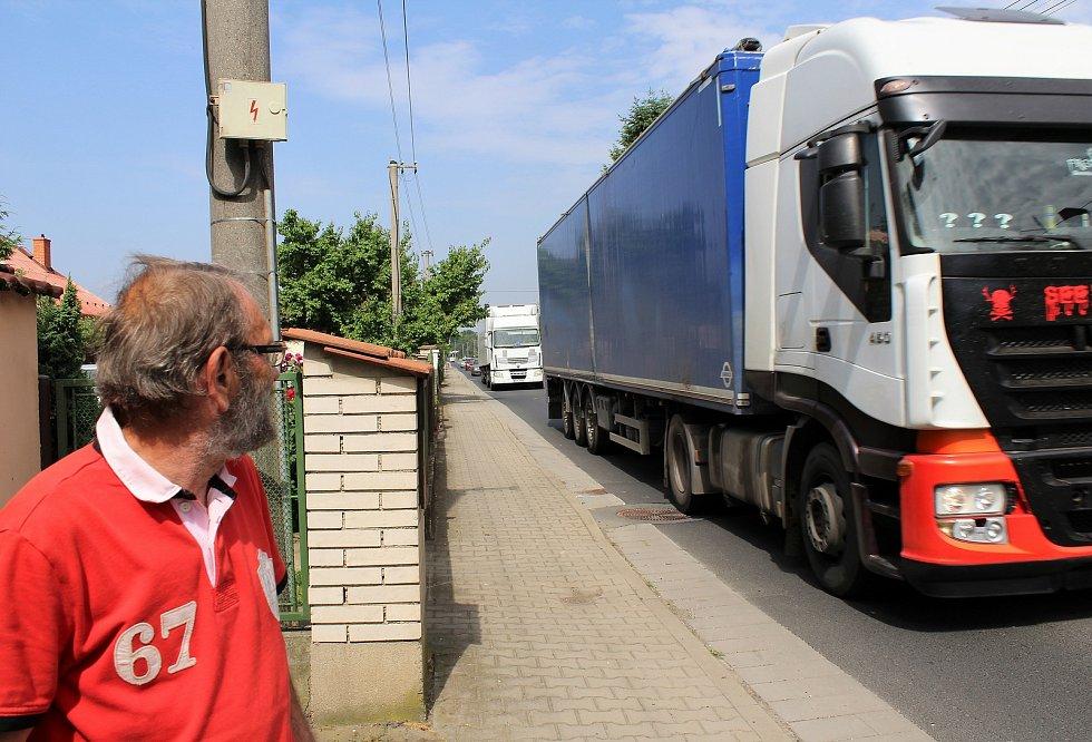 Křešicemi, na hlavním tahu z Litoměřic do Mělníka, projedou denně stovky nákladních i osobních aut. Na dlouhé rovince v Litoměřické ulici řada z nich nedodrží povolenou rychlost. Na snímku je jeden z obyvatel ulice Miroslav Lebr.