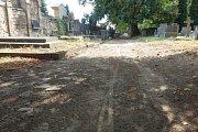 Úpravy čekají cesty na hřbitově