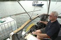 Na vodní plochu píšťanského jezera o rozloze asi 90 hektarů padl roztok vytvořený ze zhruba 275 kilogramů modré skalice. Miroslav Cink aplikoval roztok proti sinicím ze své lodi až u břehů.