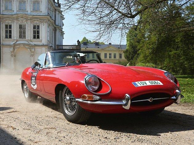 Zámek v Ploskovicích se stal svědkem průjezdu 4. ročníku setinové rallye historických vozidel