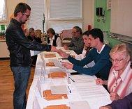V pátek 20. října kolem třetí hodiny v Základní škole Havlíčkova odvolil i lídr krajské kandidátky Pirátů Mikuláš Peksa z Litoměřic