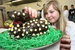 V roce 2010 takhle pekli velikonoční beránky na Integrované střední škole v Litoměřicích