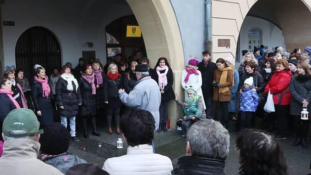 Sbor Cantica Bohemica zpíval na litoměřickém náměstí.