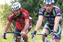 LEGRACE NA ZÁVODECH NECHYBÍ. Říká to i někdejší reprezentant Robin Kahoun (v červeném), který na cyklistický závod Za pěnivou důvou jezdí hlavně za zábavou.