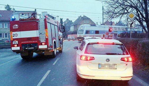 Uželezniční zastávky Lovosice město si řidiči dlouhodobě stěžují na závory, které několik minut blokují přejezd, aniž by projížděl nebo zastavil vlak. Ve středu 2.ledna závory zdržely také hasiče, kteří spěchali asistovat záchranářům.