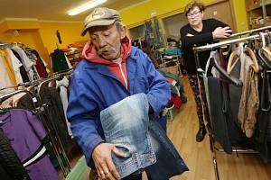 S příchodem zimy se zvyšuje návštěvnost charitního šatníku diecézní charity v Litoměřicích.