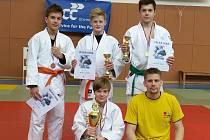 ÚSPĚŠNÍ závodníci Sport Judo Litoměřice se svým trenérem při víkendové Velké ceně.
