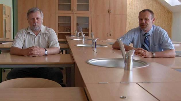 Starosta Mšeného – lázní Josef Bíža (vlevo) a ředitel místní zrekonstruované školy Petr Došek si vyzkoušeli nové vybavení učebny přírodních věd.