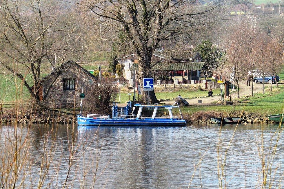 Loď Ludmila, která v sezóně slouží jako přívoz, zatím kotví na opačném břehu v Malých Žernosekách.