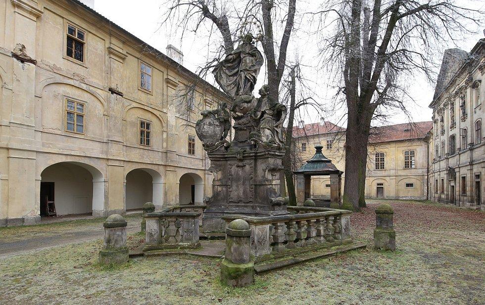 Areál zámku v Doksanech. Archivní foto