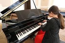Základní škola Boženy Němcové z Litoměřic získala od nadace podnikatele Karla Komárka klavírní křídlo.