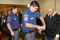 Okresní soud v Litoměřicích - proces se zloději destiček se jmény umučených v Terezíně. Dva obžalovaní - Daňo a Mirga jsou ve vazbě, třetí Petr Hricko je na útěku.