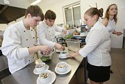 Žáci gastronomických oborů připravili zájemcům z řad veřejnosti o netradiční kuchyni jídla typická pro Vietnam.