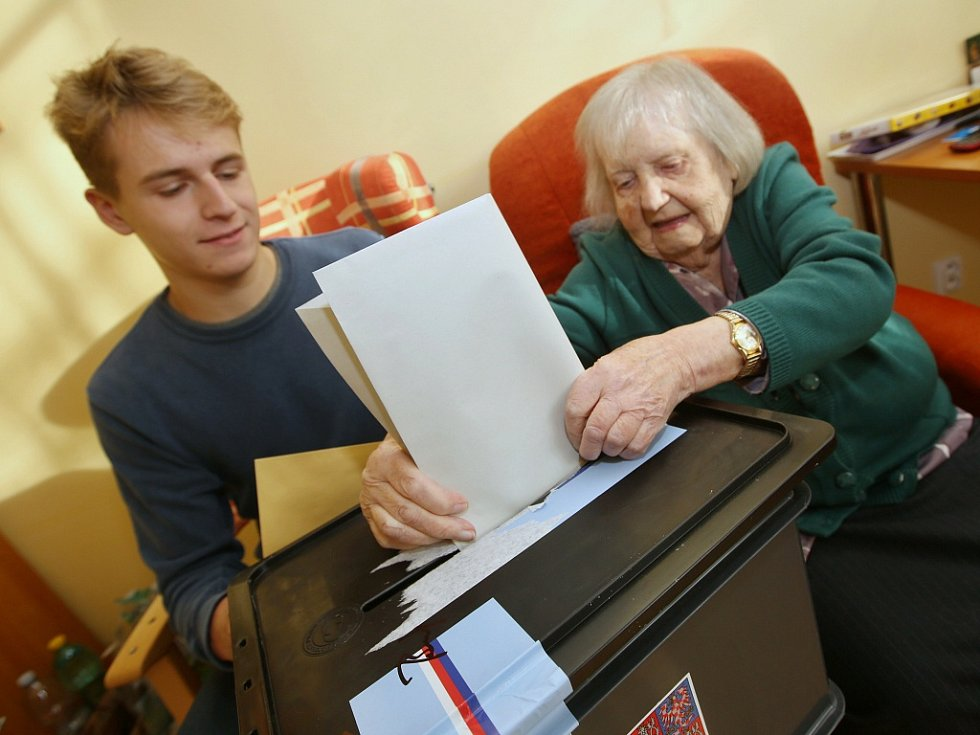 Nejstarší občanka Litoměřic Vlasta Šumová, které je sto dva let, odvolila v sobotu 6. října dopoledne v místním pečovatelském domě Na pahorku.