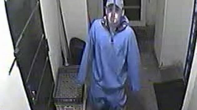 Policie pátrá po totožnosti tohoto muže. Poznáte ho?