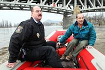 Členové krizového štábu v neděli dopoledne vyjeli člunem na rozvodněnou řeku, aby zkontrolovali jaké škody napáchala.