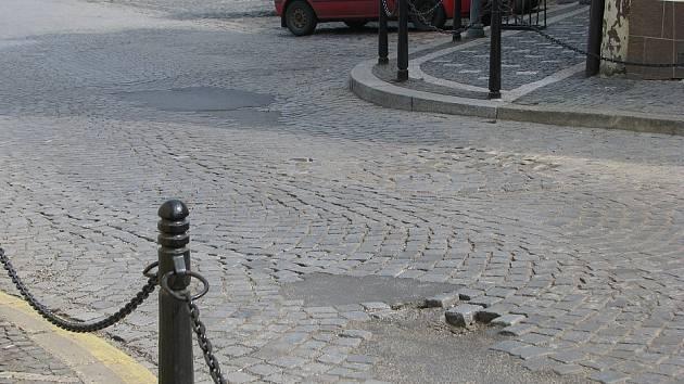 Výjezd z roudnického Karlova náměstí Nerudovou ulicí připomíná myší dírku.