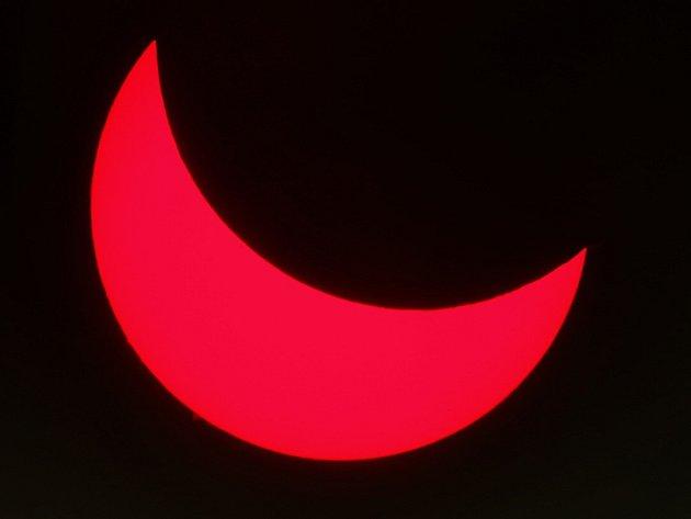 Částečné zatmění slunce pozorované přes hvězdářský dalekohled