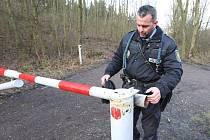 Třebenický strážník Tomáš Rotbauer u opravené závory na lesní cestě pod Košťálovem