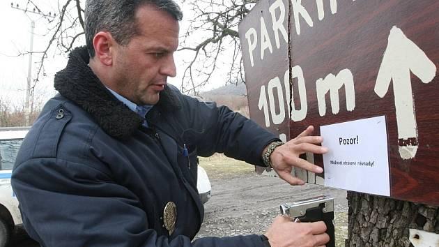 PREVENCE. Třebenický strážník společně s lovosickým policistou vyvěsit cedule upozorňující na možný výskyt jedu v okolí Hazmburku.