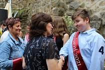 Slavnostní předávání vysvědčení žákům 1. a 9. tříd ze Základní školy Aloise Klára na nádvoří úštěckého hradu.
