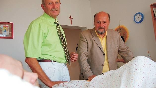 Ředitel Hospice sv. Štěpána Pavel Česal (vlevo) se senátorem Pavlem Sušickým při návštěvě jednoho z pacientů. Sušický,  místopředseda výboru pro zdravotní a sociální politiku, přislíbil, že vyvolá v Senátu jednání, z něhož by měla pomoc hospici vzejít.