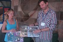 TERÉNNÍ PRACOVNÍCI Jiří Heřmánek a Jitka Drbalová v pondělí při prezentaci ve Štětí mimo jiné ukazovali kolemjdoucím na věrných atrapách nejčastěji užívané návykové látky.