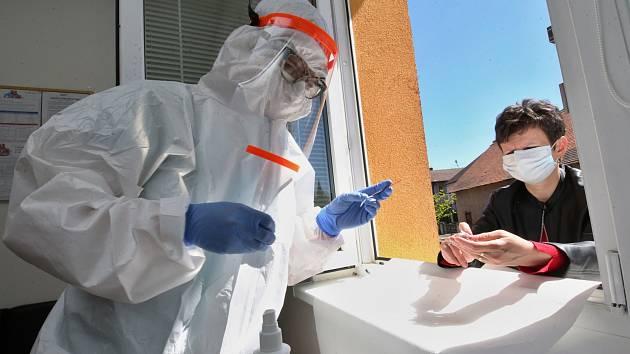 Praktická lékařka Marie Lukešová ve své ordinaci v Třebenicích provádí testy na koronavirus