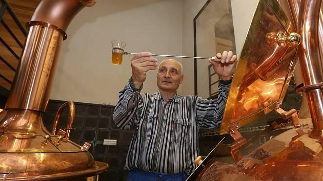 PIVOVARSKÁ VARNA. Zkušený sládek nově otevřeného Biskupského pivovaru U sv. Štěpána Milan Došek kontroluje průběh vaření mladiny. Tento týden se věnoval přípravě jedenáctky. Dozrát by piva mohla už na přelomu roku.
