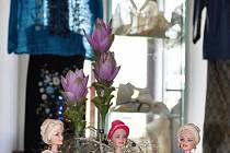 Do tradičních filipínských oděvů jsou oblečeny i útlé panenky.