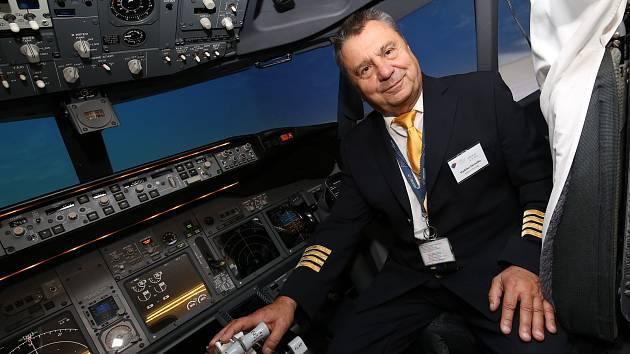 Vladimír Peroutka, bývalý dopravní pilot a současný instruktor výcviku pilotů. Rád ve svém volném čase léta větroněm, ale i v historických válečných letadlech.