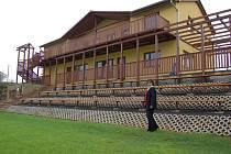 Starostka obce Velké Žernoseky Ludmila Pafelová se již těší, až se prostředí u sedaček v areálu a samotná budova oživí nově vysazenou trávou a květinami.