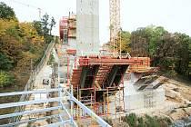 Stavba unikátního mostu přes Opárenské údolí.