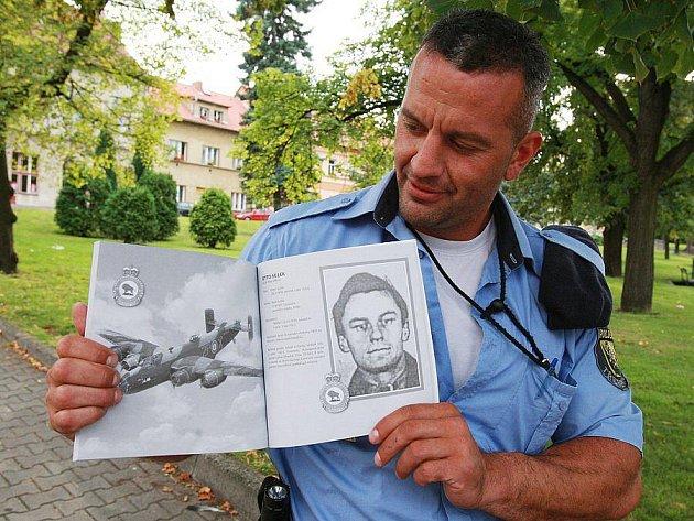 KNIHA. Jeden z autorů publikace Tomáš Rotbauer představuje obálku unikátní knihy.