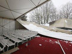 Na Zahradě Čech nevydržela nápor sněhu střecha jednoho ze stanů.