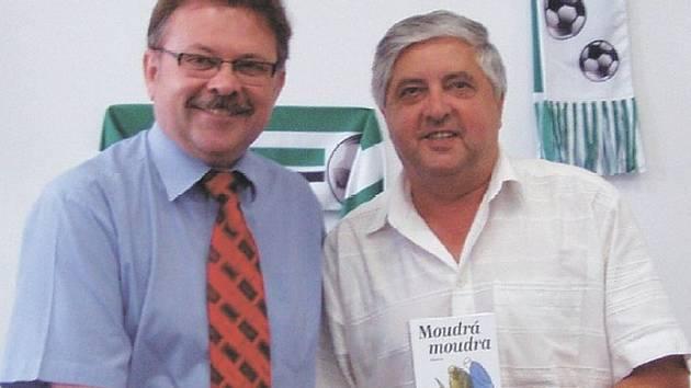 LOUČENÍ. Ředitel Fotbalové farmy VOŠ a SOŠ Roudnice nad Labem Josef Nehyba (vlevo) se loučí s trenérem Karolem Dobiášem.