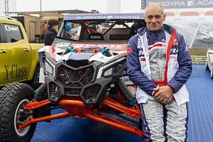 Josef Macháček představil na mosteckém autodromu novou závodní buggynu v rámci akce, na které roudnický automobilový tým Buggyra Racing informoval o svých plánech pro závody na okruzích a Rallye Dakar.