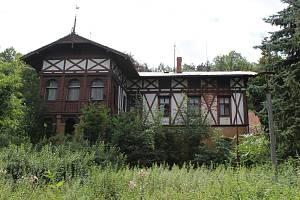 Vila, kterou v letech 1874 až 1875 nechala podle návrhu architekta Jana Zeyera postavit matka podnikatele a mecenáše umění Augusta Švagrovského z Roudnice nad Labem, má za sebou velmi bohatou a zajímavou historii.