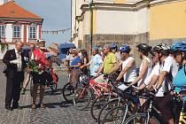 NEVIDOMÍ CYKLISTÉ na úštěckém náměstí se připravují na pietní akt před rodným domem Aloise Klara.