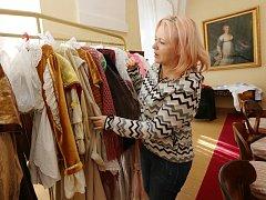 Libochovice. Na snímku zámecká paní Michaela Prokopová připravuje ze zámeckého fundusu kostýmy pro pohádkové postavy.