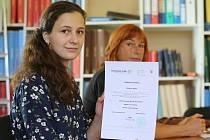 Studentka Regina Mullerová a pedagožka Kateřina Vomáčková z Gymnázia J. Jungmanna v Litoměřicích po letní univerzitě ve Fuldě.