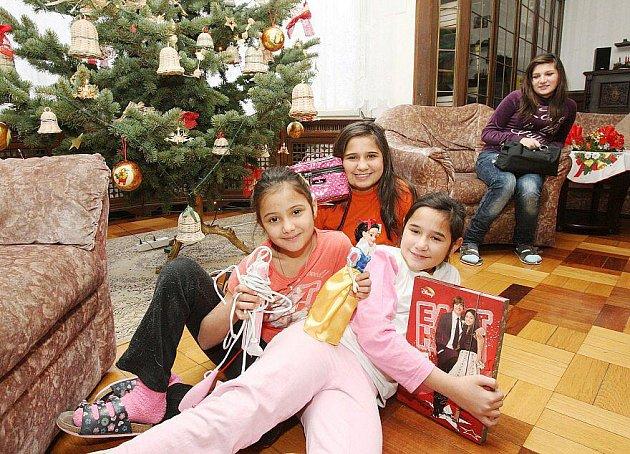 SPLNĚNÁ PŘÁNÍ. Děti v litoměřickém dětském domově našly i letos pod stromečkem očekávané dárky. Díky sponzorům.
