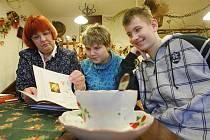 Většina odborníků se shodne na tom, že umísťování dětí do pěstounských rodin má svůj smysl. Nikdo však netuší, jak si vláda tento proces představuje.